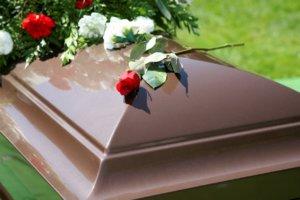 Когда умирает близкий человек, мало кто задумывается о финансовой стороне вопроса, особенно о том, что эти расходы возможно частично компенсировать
