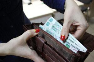 При невыплате заработной платы в срок наемный работник в праве отстаивать свои интересы в соответствующих инстанциях