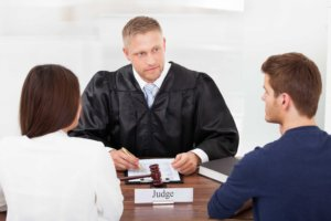 Развод между родителями при наличии несовершеннолетних детей осуществляется через суд