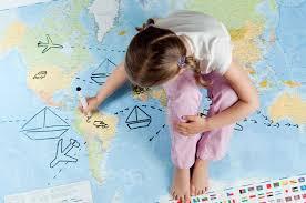 девочка и карта мира