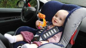 дитя в машине
