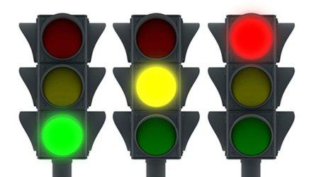 Можно ли проехать на желтый сигнал светофора — спорная трактовка законодательства
