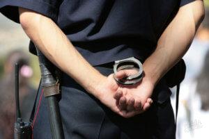 полицейский и наручники